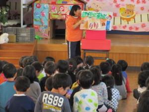 焼き芋が始まる前に純子先生からお芋の紙芝居を見ました。