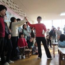 お母さんが選んだ漢字カードを子どもたちが探します。